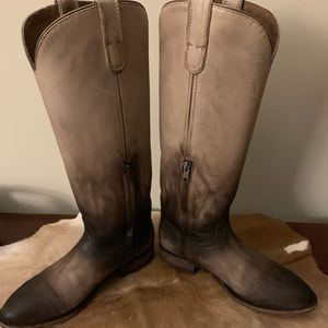 Ariat ladies boots size 9.5 , barely worn.